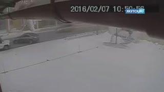 Аварию с участием полицейского УАЗа и Toyota Camry сняли камеры наблюдения