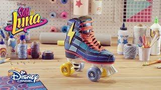"""¡Sigue estos pasos para tener unos patines al estilo Simón!Soy Luna, en Disney Channel.Sitio oficial de Disney Channel: http://www.disneylatino.com/disneychannel/Síguenos en Facebook: http://www.facebook.com/disneychannellatinoamericaTwitter: https://twitter.com/disneychannellaInstagram: https://instagram.com/disneychannel_la/¡Haz click en """"Suscribirse"""" para recibir notificaciones de los nuevos videos de Disney Channel en YouTube!"""