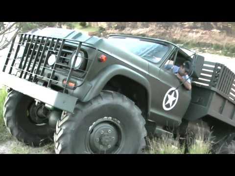 Caminhão 4x4 sobe e desce barranco de 3 mts !!!