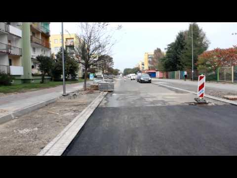 Na filmie widać jak kładziona i walcowana jest dolna warstwa asfaltu od bloku numer 15 do przedszkola. Pod koniec widać parking pomiędzy blokami nr 19 i 20 gdzie rozbudowywany jest parking.Generalny wykonawca przebudowy ul. JP2: Budownictwo Drogowo-Sani