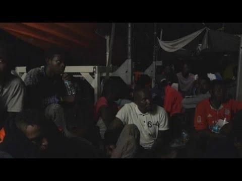 «Δένει» σε λιμάνι της Σικελίας πλοίο με μετανάστες