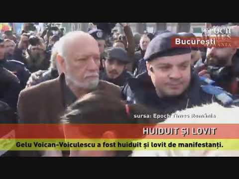 Gelu Voican-Voiculescu, huiduit și lovit de manifestanții din Piața Universității