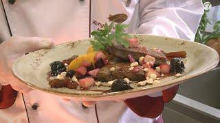 Kartoffel-Kürbis Püree an gebratener Kalbsleber mit Rote Bete-Birnen-Apfel Gemüse