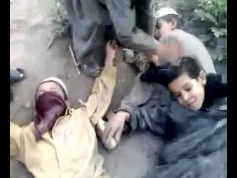 Crianças afegãs se fingem de homem bomba e brincam de suicídio