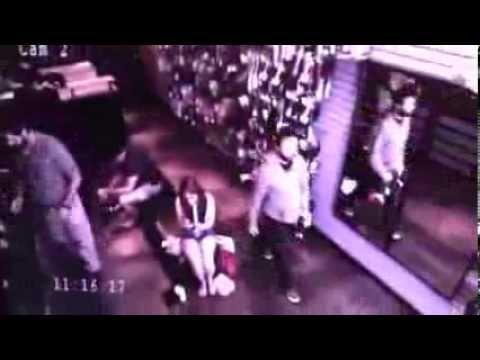 一位長腿辣妹坐在電力的椅子上,突然有一位黑衣男子經過!下一秒牆上的鏡子裡竟然發生詭異的事情!這無法解釋的現象實在讓人頭皮發麻...