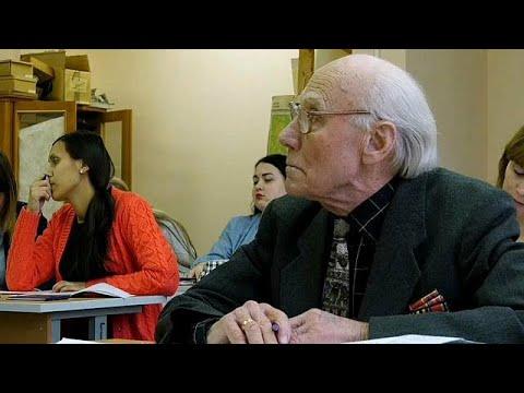 العرب اليوم - شاهد: عجوز روسي يعود إلى مقاعد الدراسة في عمر التسعين