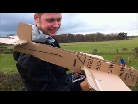 好酷!這個男子用紙箱做成的遙控飛機真的可以在天空自由翱翔!