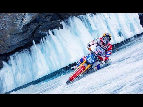 Daniil Ivanov acelera su moto en el lago Baikal en Rusia