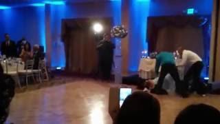 Prawdziwe wejście smoka! Pan młody znokautował żonę na własnym weselu! :D