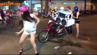 2 girl xinh kẹo kéo quẩy tưng bừng giữa phố Sài Gòn