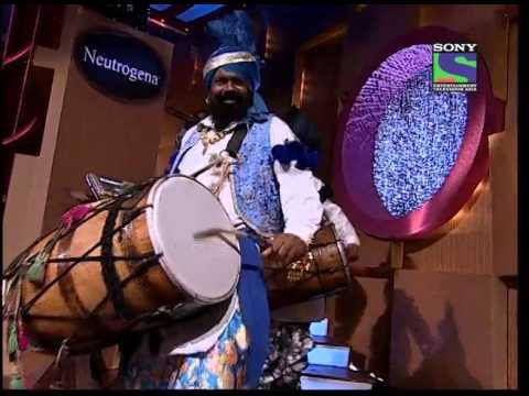 Akshay enters doing bhangra