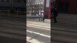 Sebix w kominiarce rzuca swoim rowerem w jadący tramwaj – Kraków