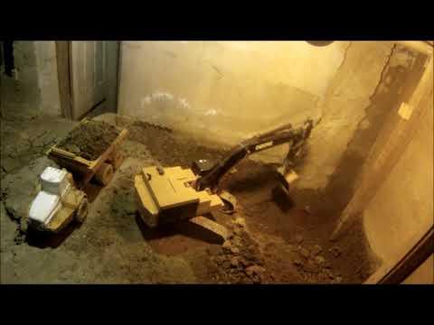 Мужчина 14 лет строит подвал игрушечными экскаваторами