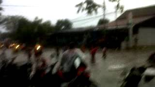 Banyak Motor yang mencoba melayan genangan air tetapi selalu kandas dan terenti di tengah-tengah banjir.http://goo.gl/W2Rm2Qhttp://goo.gl/pBvop3http://goo.gl/hC4DqPhttp://goo.gl/icGoGtTak Ada Yang Selamat Dari Banjir Di Kota BandungTak Ada Yang Selamat Dari Banjir Di Kota BandungTak Ada Yang Selamat Dari Banjir Di Kota Bandung