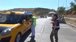 81 ilde düzenlenen trafik uygulamasında 172 bin 825 adet araç ve sürücü kontrol edilirken ihlali tespit edilen 19 bin 20'sine 5 milyon 403 bin 429 TL cezai kesildi. 3 bin 289 araç trafikten men edilirken aranan 119 şahıs yakalandı.İçişleri Bakanı Süleyman Soylu'nun talimatı ile Emniyet Genel Müdürlüğü ve Jandarma Genel Komutanlığı tarafından eş zamanlı olarak 'Türkiye Güvenli Trafik Denetimi' yapıldı. Ülke çapında üçüncü kez gerçekleştirilen denetimlerle trafik kazalarının en aza indirilmesi, sürücülerin trafik kurallarına uyma düzeylerinin daha üst seviyeye çıkarılması ve denetim faaliyetleri yoluyla yol kullanıcıları üzerindeki algılanan yakalanma riski duygusunun arttırılması amaçlandı.Üç aşamalı olarak planlanan denetimlerin ilk aşaması 10.00 ile 12.00, ikinci aşaması 15.00 ile 17.00,üçüncü aşama ise 21.30 ile 23.30 saatleri arasında yapıldı.Emniyet Genel Müdür Yardımcısı Mehmet Akdeniz ve Jandarma Genel Komutanlığı Trafik Daire Başkan Vekili Yarbay Mete Özcan'ın Emniyet Genel Müdürlüğü Koordinasyon Merkezinden canlı olarak takip ettiği ve 2.467 kontrol noktasında gerçekleşen uygulamaya toplam 5 bin 60 polis ve 3 bin 735 jandarma olmak üzere 8 bin 795 personel 4 bin 383 ekip katıldı.Uygulamada, 172 bin 825 adet araç ve sürücü kontrol edilirken ihlali tespit edilen 19 bin 20'sine 5 milyon 403 bin 429 TL cezai işlem uygulandı ve eksikliği görülen 3 bin 289 araç trafikten men edildi. Ayrıca aranan 119 şahıs yakalanırken 8 çalıntı araç ele geçirildi.Öne çıkan ihlaller; 5 bin 345'i hız limitlerine uymamak, 3 bin 415'i geçerli fenni muayenesi olmayan araç kullanmak, 2 bin 955'i emniyet kemeri/kask kullanmamak, bin 227'si araç zorunlu mali sorumluluk sigortası yaptırmamak ve 859'u sürücü belgesiz araç kullanmak şeklinde oluştu.Koordinasyon merkezinden canlı bağlantıların kurulduğu denetim noktalarında vatandaşlarımız denetlemelerden duydukları memnuniyeti ifade ederken bu tür denetimlerin devam etmesi dileklerini dile getirdiler.========================================