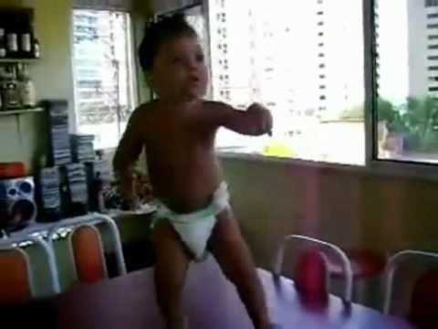 """bimbo di 4-5 anni balla """"waka waka"""" in maniera impressionante!"""