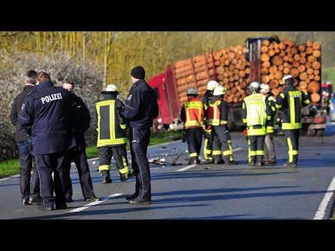 Frau stirbt bei Kollision mit Holz-Lkw