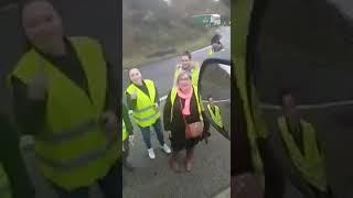 Kierowca TIR-a nauczył protestujących we Francji 2 słów: