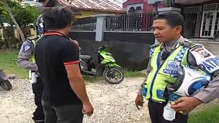 Video Ditilang Polisi, Pengendara Sepeda Motor Ini Ngamuk MP3, 3GP, MP4, WEBM, AVI, FLV September 2017