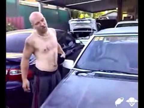 Loco rompre cristal de coche con la cabeza