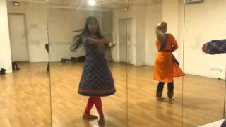 Kathak dance class in Paris working on a bollywood classic jagave sari raina. Pure kathak dance of jaipur gharana is worked upon. Professor : Megha jagawat at Triwat dance school