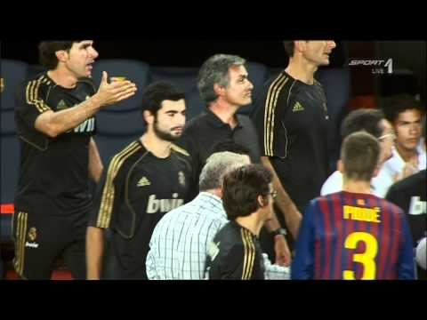 [HD] Jose Mourinho pinching Barcelona assistent coach Tito Vilanova SUPER SLOW MOTION (видео)