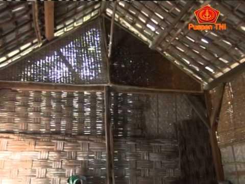 Prajurit TNI Renovasi Rumah Penduduk