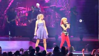 Taylor Swift & Hayley Williams of Paramore singing That's What You Get