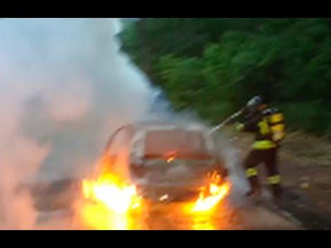 Auto in fiamme, lo spegnimento