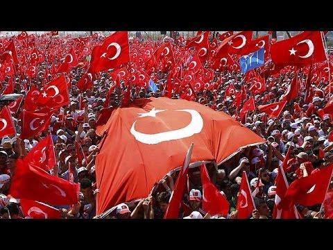 Κωνσταντινούπολη: Λαοθάλασσα στη διαδήλωση κατά του πραξικοπήματος