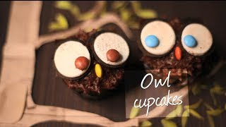 Decorating owl cupcakes