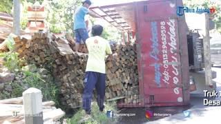 Truk Muatan Kayu Terguling di Jalan Menanjak Jambu Ambarawa