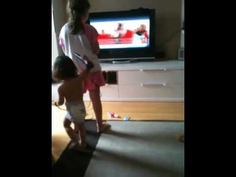 0 Las chicas cantando y jugando