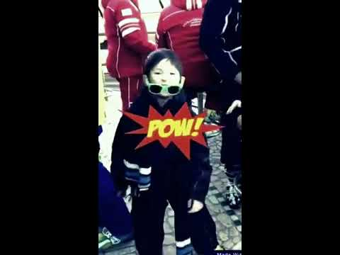 Bambini che ballano in tuta da sci il rap