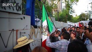 Протестующие в Мехико построили «стену» из коробок напротив посольства США