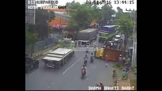 Video Tabrakan dengan Honda Jazz Truk Terguling, Simpang Dharma Bakti Kota Pekalongan MP3, 3GP, MP4, WEBM, AVI, FLV Juli 2017