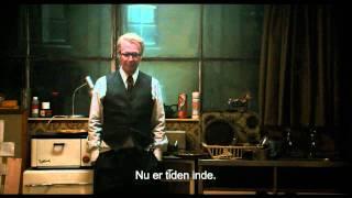 """DVD: http://bit.ly/Z5CrXi Blu-ray: http://bit.ly/XT0075 """"Dame, Konge, Es, Spion"""" er den længe ventede filmatisering af John le Carés..."""