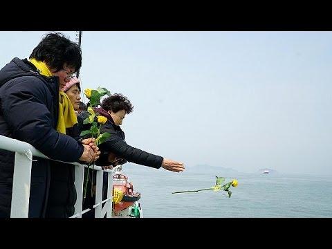 Ν. Κορέα: Διαθρησκευτική τελετή για τους αγνοούμενους στο ναυάγιο του 2014