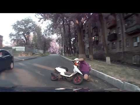 Девушка на скутере не вписалась в поворот
