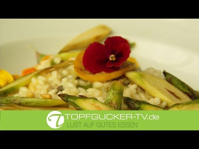 Risotto mit gebratenem grünen Spargel, Pinienkernen und Zitrone
