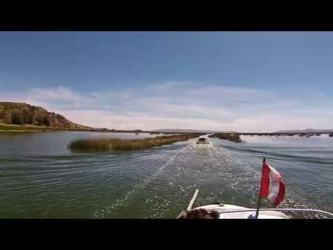 Navegando pelo lago Titicaca no Perú