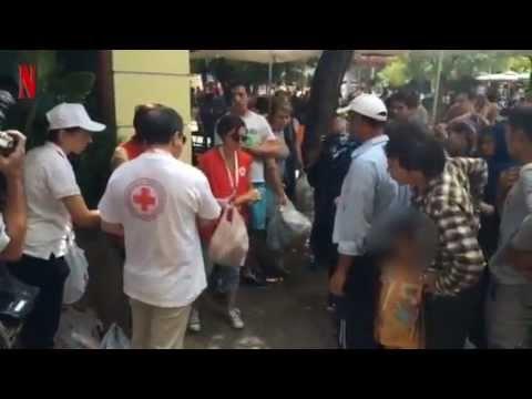 Διανομή φαγητού σε πρόσφυγες στην πλ. Βικτωρίας από τον Ερυθρό Σταυρό