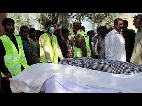 Πολύνεκρη επίθεση ενόπλων σε τέμενος των Σούφι στο Πακιστάν