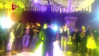 مؤمن زكريا يرقص مع عروسه وسط أهله وأصدقائه بحفل زفافه