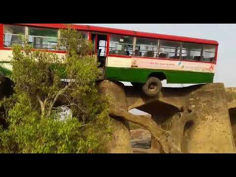 ओरछा: जामनी नदी के पुल पर हवा में लटकी रोडवेज बस, कमज़ोर दिलवाले न देखें ये वीडियो