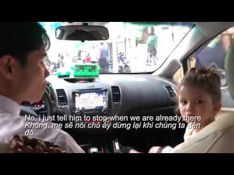 Bé gái phiên dịch cho mẹ và chú lái taxi - Thời lượng: 2:22.