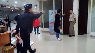 Video Tubuhnya Didorong Petugas Bandara Juanda, Wanita Ini Mengaku Dikenai Pungli saat akan ke Hong Kong MP3, 3GP, MP4, WEBM, AVI, FLV Februari 2019