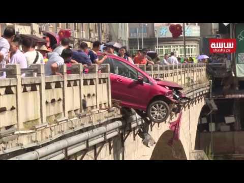 سيارة تصطدم بدراجية نارية قبل أن تتحطم على حافة جسر ..