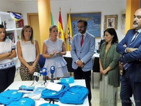 La Caixa entrega material escolar a familias con menos recursos de Isla Cristina