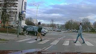 Cwaniak w rurkach z torebką kontra nadjeżdżające BMW